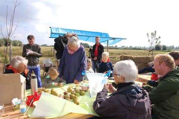 Officiële opening, 2 oktober, appelmoes maken, te midden van pers en gedeputeerde Josan Meijers